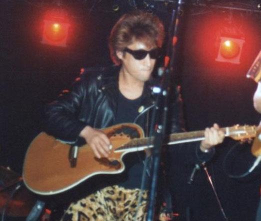 ギター持ってますがあまりモテなかったです。はい。